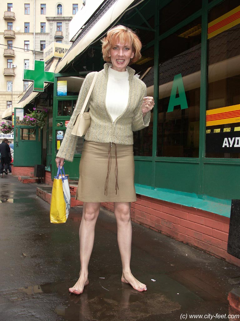 foot-prints_city-feet - russian girls are barefooting cities - members area