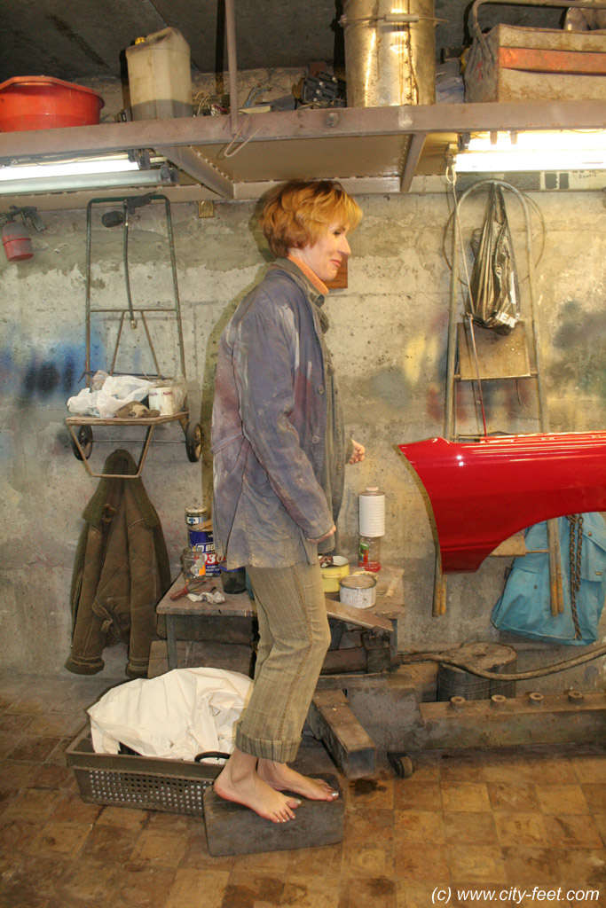 City feet - barefoot girls, dirty feet